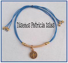Italian cord adjustable bracelet. Gold-filled and pewter San Benito pendant. Pulsera ajustable de cordón italiano. Gold-filled y medalla de pewter de San Benito.