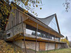 Jižní průčelí: podélné okno vedruhém nadzemním podlaží se dá uzavřít vyzdvižením terasy.
