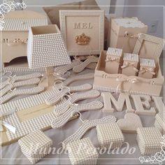 E o kit da princesinha Mel ficou assim, liiiiiiindo de viver!!! Foram meses escolhendo cada detalhe, né Mamãe Lara? Espero que goste!!! #cabides #cabideinfantil #cabidedecorado #cabidedeluxo #cabidedeperolas #portafralda #lixeirinha #letrasperoladas #letrasdeperolas #caixinhasdeperolas #abajur #abajurdecorado #abajurdeperolas #livrodeassinaturas #kithigiene #portamaternidade #quartodemenina #quartodebebe #maedemenina #perolas #mundoperolado #ehsucesso