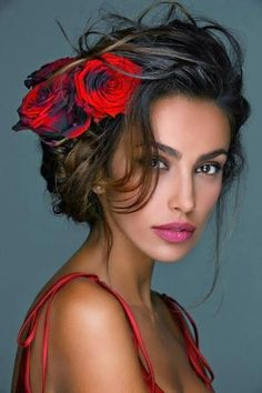 Beauty Lover: Musa Flores no cabelo Most Beautiful Eyes, Beautiful Women, Beautiful People, Beautiful Pictures, Woman Face, Flowers In Hair, Roses In Hair, Red Roses, Red Flowers