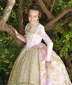 ENTRE TELAS: PRECIOSOS TRAJES DE INDUMENTARIA VALENCIANA Traditional Fashion, Traditional Dresses, Fantasy Dress, Fantasy Clothes, Old Dresses, Period Costumes, Folk Costume, Marie Antoinette, Creative Inspiration