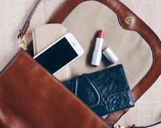 Nimm Dir am Wochenende ein paar Minuten Zeit und miste Deine Handtasche aus. Nur das Nötige mitzunehmen tut nicht nur Deinem Rücken gut! | modernslow.com
