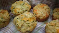 Brzi, zanimljivi slani muffini su odlični za mezu ili doručak. Tikvice narendajte, posolite i ocijedite. Pomiješajte kukuruzno sa pšeničnim br...