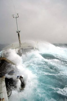 Take a deep breath, and hold on tight! Scary Ocean, Marine Archaeology, Rogue Wave, Ocean Storm, Sea Pictures, Big Sea, Wow Video, Huge Waves, Wild Weather