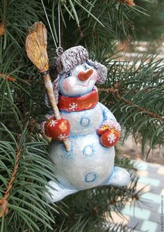 Купить или заказать игрушка елочная из папье-маше Снеговик в интернет магазине на Ярмарке Мастеров. С доставкой по России и СНГ. Срок изготовления: Сроки оговариваются.<br /> …. Материалы: бумага, акриловые краски, акрил, лак…. Размер: Высота 8-12 см<br /> ширина 6-8 см<br />…