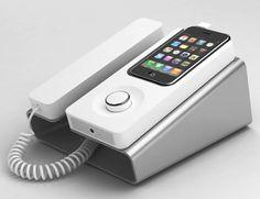 """Was das iPhone nicht alles schon für Zusatzgeräte und Gadgets hervor gebracht hat...! Eines wird bald dazu kommen. Und zwar das """"Desk Phone Dock"""", das das iPhone in ein Telefon mit Schnur und Hörer verwandelt. Zurück in die Zukunft wenn man so will. Mit di"""