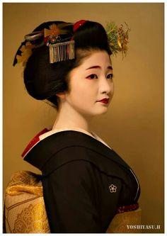 Maiko Satsuki Geisha Japan, Geisha Art, Yukata, Oriental People, Memoirs Of A Geisha, Modern Pictures, Japan Photo, Japanese Beauty, Gowns