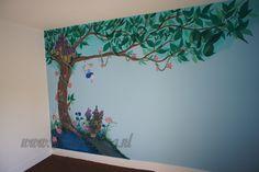 Muurschildering boom met elfjes, gemaakt door Kattentong Decoratiewerken.