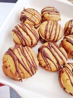 APELSINKOLA KAKOR MED SMÖRKRÄM Alltså dessa kakor är too mutch. Ingen idé att baka om du är en sucker för småkakor kan jag säga. Du kommer vilja äta upp alla samtidigt. Alltså moffla. Dom är galet goda verkligen. Enkla att göra och fantastiskt fina dessutom. INGREDIENSER: 100 g mjukt smör 1 dl strö
