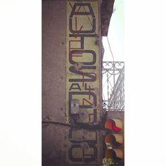 Rètol anys 1930 de Vives Pintor Autos al Duco @DuPont_News conservat a antiga carretera N-II #Martorell #BaixLlobregat
