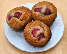 Strawberry Banana Oat Muffins:  Flourless muffins that use ground oats as flour and other ingredients like Greek yogurt, bananas, strawberries and honey. Healthy and delicious!   Under 120 calories!