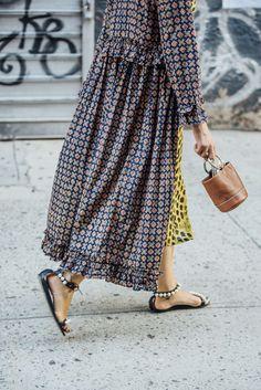 Now Trending: Metal Handle Bags(Diy Ropa Moda) Fashion Details, Look Fashion, Hijab Fashion, Fashion Dresses, Womens Fashion, Fashion Trends, Spring Fashion, Cardigan Fashion, Fashion Tips
