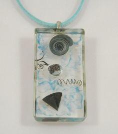 Collier résine bleu et transparence, copeaux, perle forme rectangulaire : Collier par long-nathalie