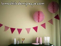 Banderines y bolas de papel rosa