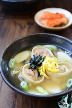 Tteok Mandu Guk (Rice Cake Soup with Dumplings) Dumplings For Soup, Dumpling Recipe, Korean Dumplings, Kimchi, Diet Recipes, Healthy Recipes, Diet Meals, Bento Recipes, Salads