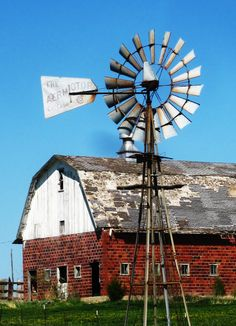 Country Living ~ barn and windmill Farm Barn, Old Farm, Escudo River Plate, Country Barns, Country Living, Country Life, Country Roads, Farm Windmill, Old Windmills