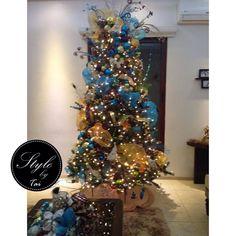 Pino navideño dorado y azul con toques color chocolate para combinar con los colores de la sala