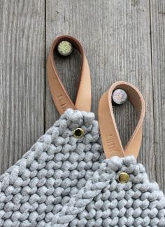 DIY Inspiration Knitted Potholders with Leather Strap Topflappen &… Crochet Diy, Crochet Home, Leather Gifts, Leather Craft, Handmade Leather, Cosas American Girl, Diy Yarn Holder, Diy Interior, Leather Projects