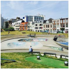 Now THIS is what I call a good place in #DenHaag to enjoy the nice weather. At this playground at Havenkade in Scheveningen you find a little skate area, a zipline and the best: a long trampoline. You see that guy left in the picture? He's flying (and my boyfriend)! Perfect for kids or a fun picknick.