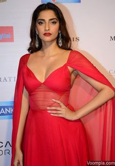 Sonam Kapoor scorches in a Naeem Khan designer gown Indian Bollywood Actress, Bollywood Actress Hot Photos, Indian Actress Hot Pics, Bollywood Girls, Beautiful Bollywood Actress, Bollywood Fashion, Bollywood Stars, Indian Actresses, Beautiful Girl Indian