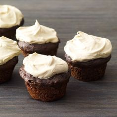 Tasty Treats: Chocolate Banana Cupcakes with Peanut Butter Frosting Greek yogurt and bananas make these cupcakes super moist. An easy two-ingredient frosting adds amazing richness. Chocolate Banana Cupcakes, Mini Chocolate Chips, Chocolate Peanut Butter, German Chocolate, Healthy Chocolate, Chocolate Frosting, Cake Chocolate, Chocolate Lovers, Chocolate Recipes