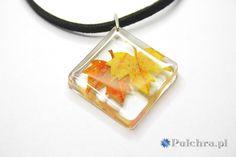 Resin necklace with autumn leaf / Naszyjnik z kwadratową zawieszką z żywicy z jesiennymi liśćmi