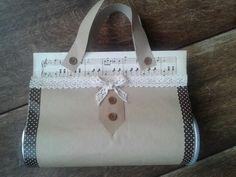 Gift bag made out of pringles can and brown paper and music sheets. Kado tasje gemaakt van pringles bus en muziek papier.