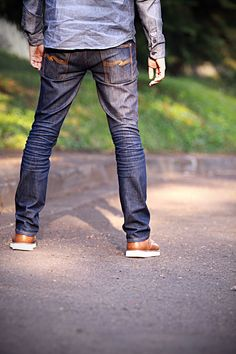 Raw denim - Nudie's are my favorite-- Blue Jeans: 'hey, look over here! Do i look angry? Dapper Gentleman, Gentleman Style, Nudie Jeans, Denim Jeans, Denim Belt, Denim Shirt, Blue Jeans, Denim Fashion, Look Fashion
