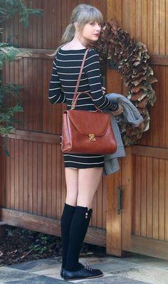 Taylor Swift aposta na meia 3/4 e na bolsa tipo escolar para dar uma cara college ao look clássico com listras e sapato oxford!
