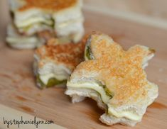 Ideas to Host Your Own Pasta Bar - Buffet Party Menu-love these fleur di lis grilled cheese sandwiches. Pasta Bar Party, Garlic Sauce For Pizza, Italian Party, Party Buffet, Football Food, Good Food, Fun Food, Creative Food, So Little Time