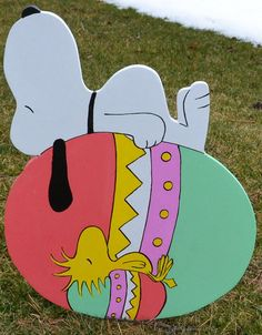 Snoopy and Woodstock sleeping on there Easter Eggs Lawn Signs lawn stakes garden decorations Lawn art - The most beautiful garden decor Easter Arts And Crafts, Easter Projects, Spring Crafts, Holiday Crafts, Easter Ideas, Easter Decor, Wood Yard Art, Mickey Mouse, Charlie Brown And Snoopy