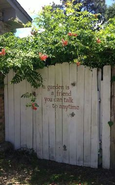 Ideas for Decorating your Garden Fence (DIY) fence decor backyard: garden decor ideas (ga Diy Fence, Backyard Fences, Garden Fencing, Garden Landscaping, Fence Ideas, Landscaping Ideas, Fun Backyard, Wooden Fence, Bamboo Fencing
