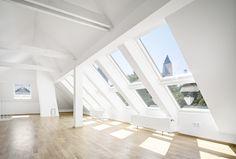 Das Gebäude befindet sich im Stadtteil Westend in Frankfurt. Der untere Teil der Wohnung wurde saniert und um den Dachspitz erweitert. Eine Galerieöffnung für die interne Treppe bildet die Verbindung zwischen oben und unten. Es entstehen interessante Blickbezüge zwischen Küche,Essens- und Wohnbereich welche die