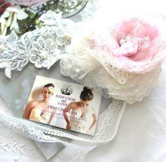 Headband mariage Jolie môme  : poudré et vaporeux, ce magnifique headband à l'allure rétro sublimera votre coiffure de mariée.