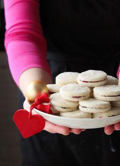 Herrasväen pikkuleivät ovat olleet lapsuudestani saakka yksi joulun vakioleivonnaisista - yhtä lailla kuin joulutortut ja piparit. Nii... Margarita, Sweets, Cakes, Desserts, Food, Sweet Pastries, Postres, Gummi Candy, Cake Makers