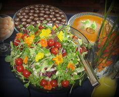 Salaattia, juustokakkua ja ylioppilassuklaita.