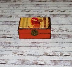 Lesní+víla+Dřevěná+truhličkao+rozměrech+cca+12,5+x7,2+cm+a+výšce5,4+cm.+Krabička+je+natřena+akrylovými+barvami,+lehce+patinovaná,+ozdobená+technikou+decoupagea+zapínáním.+Následně+přetřena+lakem+s+atestem+na+hračky.