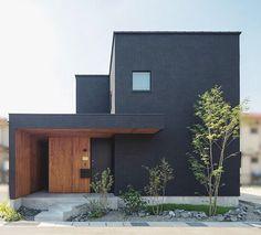 """𓉞 𓉞 𓉞 𓉞 . . 外観 . プロの方に竣工写真を撮って貰ったデータ 頂きました . . ほぼ黒に近い色のコットンウォールの塗り壁に、玄関周りには杉板を貼っています . """" 出来るだけシンプルな 四角のお家 でも、どこかちょっと変わったデザインを """" . とゆー希望をまさに形にしてくれました . そして、シンプルな外観 + 背の高いシンボルツリーをメインにしたかったので、正面の窓も最低限にしました . . これから経年変化で、塗り壁や杉板の色が変わっていったり、モルタル玄関にどんな風にクラックが入っていくのかが、楽しみです . . Minimalist House Design, Minimalist Architecture, Modern Architecture, Minimalist Home, Chinese Architecture, Minimalist Interior, Minimalist Bedroom, House Cladding, Facade House"""