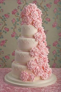 Si quieres un poco de color en tu pastel, déjate llevar con un ramillete de rosas como las que decora este sencillo postre de cinco pisos.