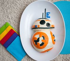 Whoa...amazing DIY for this BB-8 Star Wars' birthday party cake. How-to at Merriment Design