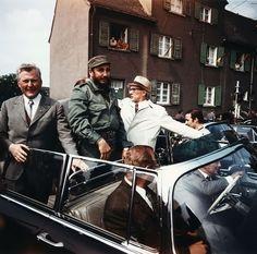Was Kennedy konnte, kann Fidel schon lange: Der kubanische Staatschef Fidel Castro reiste 1972 zusammen mit Erich Honnecker, damals Erster Sekretär des Zentralkomitees der SED, mit offenem Verdeck durch Leuna.