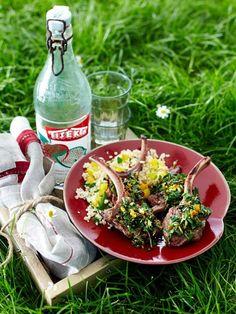 http://www.wunderweib.de/kochen/grillrezepte-19-rezepte-zum-grillen-a312596.html   Zutaten (4 Personen)  200 g Couscous (Instant), Salz, 1 gelbe Paprikaschote, 1 Bund Petersilie, 1 Bio-Orangen, Pfeffer, 7 EL Olivenöl, 2 Knoblauchzehen, 4 Zweige Rosmarin, 16 kleine Lamm-Stielkoteletts