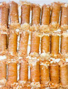 Σαραγλάκι πεντανοστιμα και δεν θα πιστευετε πως τα εχετε κανει εσεις…. Loading... Σαραγλάκι με αγελαδινό βούτυρο,γέμιση κρέμας και αμύγδαλο…. υλικα 1 πακέτο φύλλα Βηρυτού 50 γρ. βούτυρο 150 γρ. φιστίκια Αίγινας ψίχα 50 γρ. αμύγδαλα άσπρα και 50 γρ. καρύδια ΓΙΑ ΤΟ ΣΙΡΟΠΙ 1 κιλό ζάχαρη 800 ml νερό 1 φέτα λεμόνι Πώς το κάνουμε: …