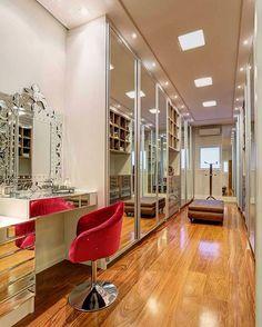 """""""Closet super glamourosooo todo espelhado, com piso de madeira e uma poltrona que deu o toque final e deixou o ambiente bem lindoooo! ❤️❤️❤️ Projeto…"""""""