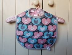 Śliniak Koty w sercach - Rękodzieła i Handmade od JaGuShop Lunch Box, Handmade, Children, Young Children, Hand Made, Boys, Kids, Bento Box, Child