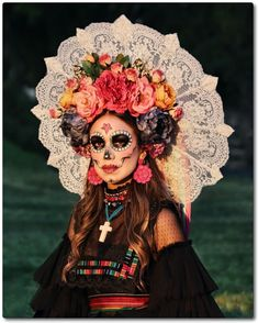 35 Wonderful Sugar Skull Makeup Ideas To Win Halloween 35 Wonderful Sugar Skull Makeup Ideas To Win Halloween<br> While I'm still unsure about what I want to be for Halloween this year, my best friend has had her … Sugar Skull Halloween, Halloween Vintage, Sugar Skull Costume, Sugar Skull Makeup, Vintage Witch, Looks Halloween, Halloween This Year, Halloween 2020, Fall Halloween