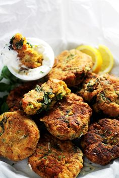 Spinach Lentil Fritters - Deliciously crispy fritters made with lentils and spinach, and served with a side of lemon-sour cream sauce. -- Greek yogurt for sour cream; maybe bake instead of fry? Then no need for panko or egg. Lentil Recipes, Vegetarian Recipes, Healthy Recipes, Curry Recipes, Lentil Patty, Baby Food Recipes, Cooking Recipes, Fritters, Vegetable Dishes