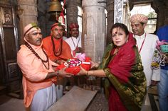 Classical vocal artist Ms. Piu Sarkhel receiving saropav from priests of Shree Eklingji temple.   More on the event: https://www.facebook.com/events/886578128135876/  More on artists: http://www.eternalmewarblog.com/swaranjali-2016-6-seasoned-artists-1-classic-ensemble/  #Swaranjali #Swaranjali2016 #GuruPurnima #GuruPoornima #Eklingji #ShreeEklingji #ShreeEklingjiTemple #IndianFestivals #Music #Devotion #EternalMewar #Mewar #Heritage #Udaipur #Rajasthan #India
