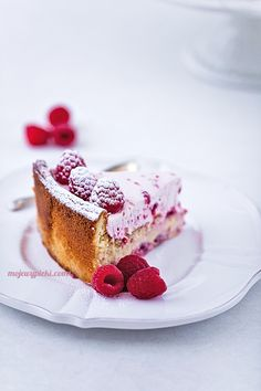 Cake with White Chocolate and Raspberries