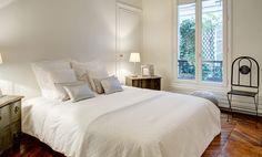 1036 - Le Square du Temple : chambre très spacieuse et chaleureuse. http://www.2beapart.com/Paris/le-marais,-saint-paul-%281036%29.apart